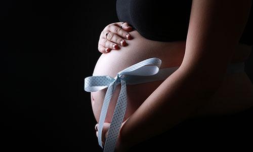 NW-Fotodesign-Babybauchfotografie-Schleife-blau
