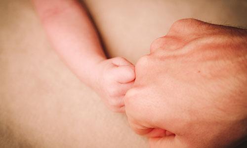 NW-Fotodesign-Newbornshooting-Haende-Faust-geben