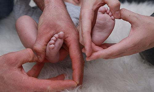 NW-Fotodesign-Newbornshooting-Haende-Herzen