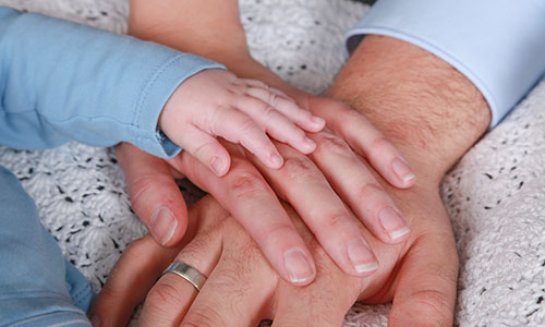 NW-Fotodesign-Newbornshooting-Haende-aufeinander