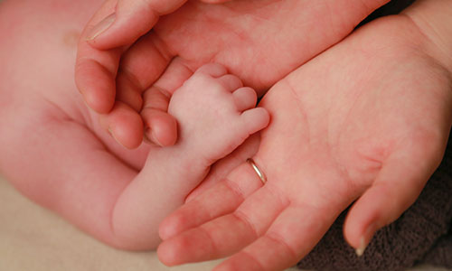 NW-Fotodesign-Newbornshooting-Haende-greifen