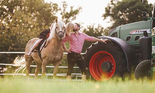 NW-Fotodesign-Paarfotografin-auf-dem-Bauernhof