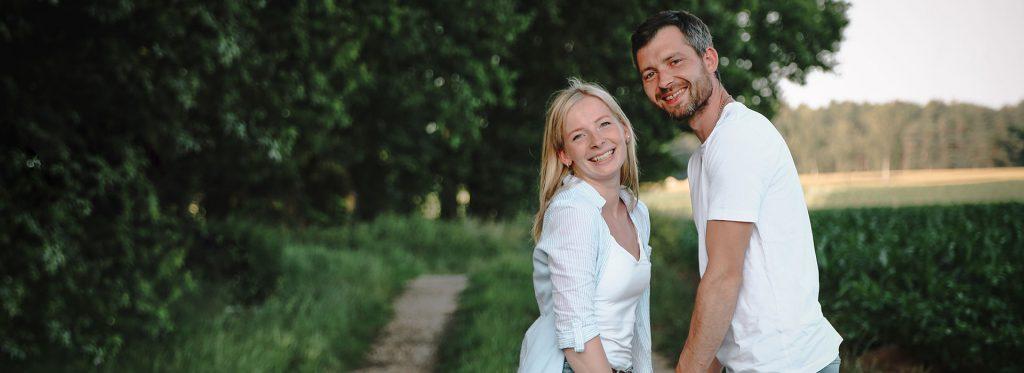 NW-Fotodesign-Paarshooting-auf-dem-Bauernhofjpg